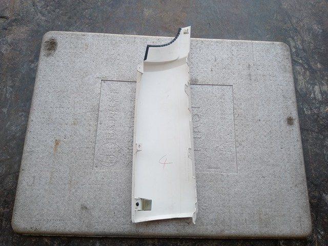 UDトラックス クオン 運転席側コーナーパネル2