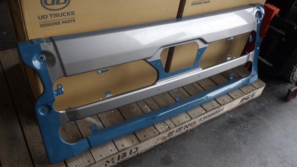 クオン 3分割 フロントバンパー 日産ディーゼル UDトラックス 純正部品 エアダムタイプ8