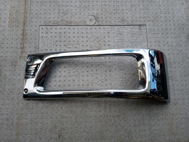 いすゞ '07ギガ メッキヘッドライトリム(助手席側)1