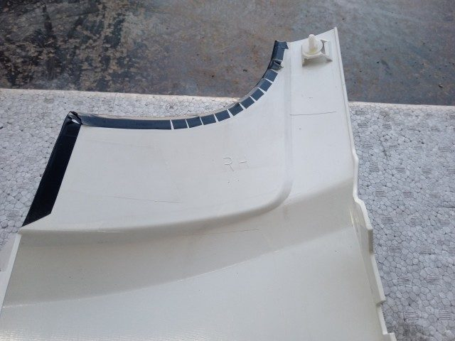 UDトラックス クオン 運転席側コーナーパネル3